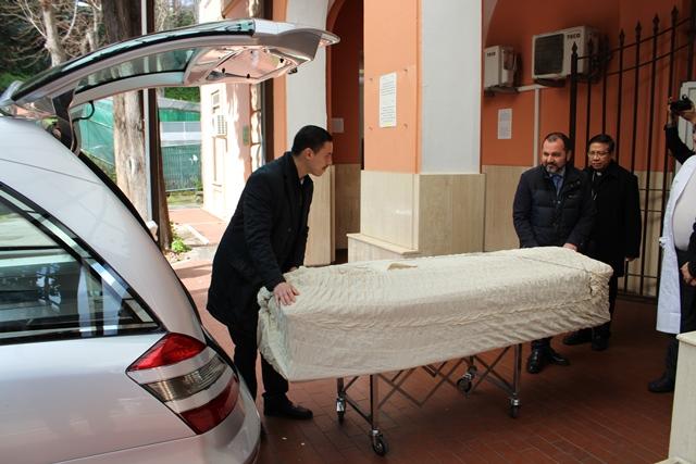 Tiễn đưa thi hài Đức TGM Phaolô Bùi Văn Đọc ra phi trường Fiumicino