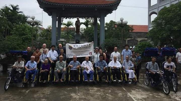 Caritas Phát Diệm trao tặng xe lăn, xe lắc cho người khuyết tật