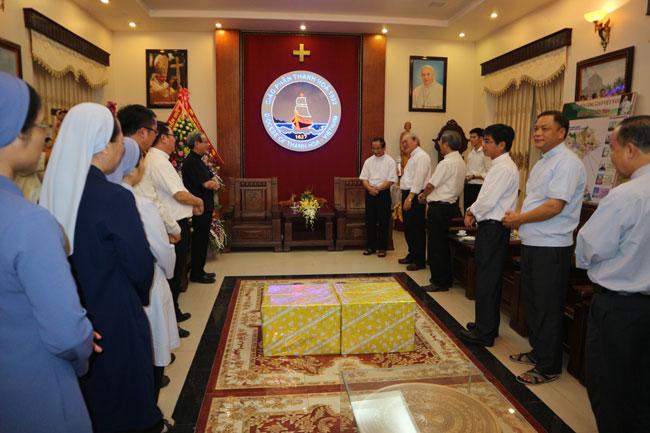 Phái đoàn TGP Huế chúc mừng Đức Tân Giám Mục Giuse Nguyễn Đức Cường tại Thanh Hóa
