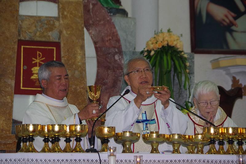 Đức cha Phaolô Nguyễn Thái Hợp dâng Thánh lễ tạ ơn kết thúc sứ vụ tại giáo phận Vinh