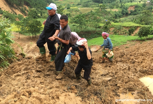 Đức cha Anphong Nguyễn Hữu Long thăm Giáo họ Sùng Đô - nơi bị thiệt hại nặng sau cơn bão số 3