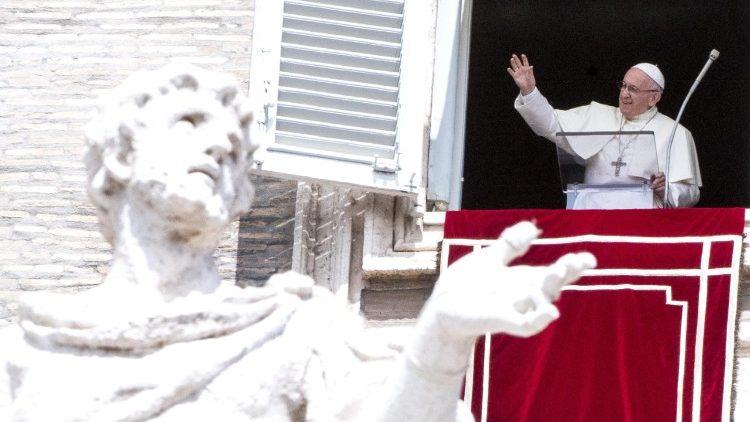 ĐTC Phanxicô: Mẹ Maria hồn xác lên trời nhắc chúng ta phục vụ Chúa và Giáo Hội bằng cả con người