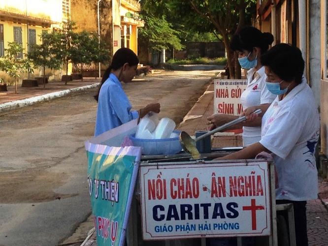 Nồi cháo bác ái tại Bệnh viện Lao và bệnh phổi Hải Phòng: Sự thân thiện giúp xoa dịu những nỗi đau