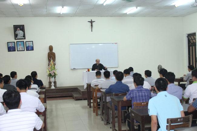 Đức Cha Gioan Maria Vũ Tất viếng thăm, gặp gỡ và huấn đức tại Đại Chủng Viện Huế