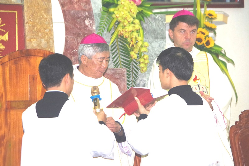 Đức Giám mục Anphong Nguyễn Hữu Long chính thức nhận sứ vụ mục tử Giáo phận Vinh