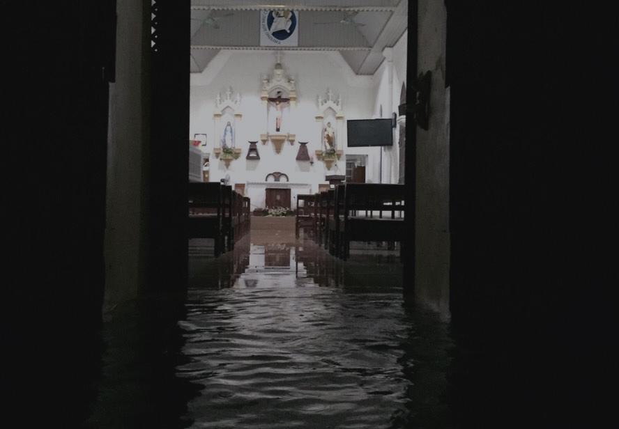 Khu nhà thờ Giáo xứ Ngạn Sơn bị ngập trong nước