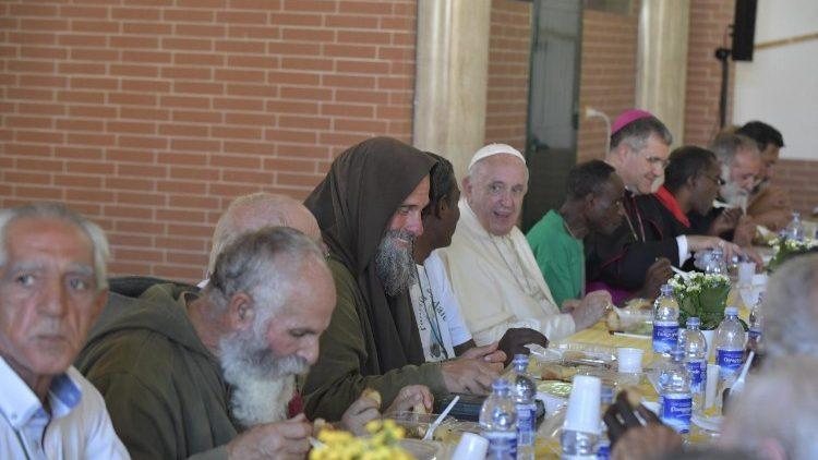 Đức Thánh Cha ăn trưa với người nghèo