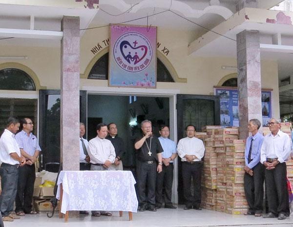 Đức Tổng Giám mục Giuse Nguyễn Chí Linh thăm và tặng quà tại Phan Xá và Kẻ Văn