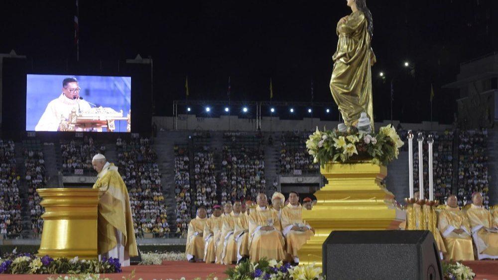 ĐTC cử hành Thánh lễ đầu tiên tại Thái Lan