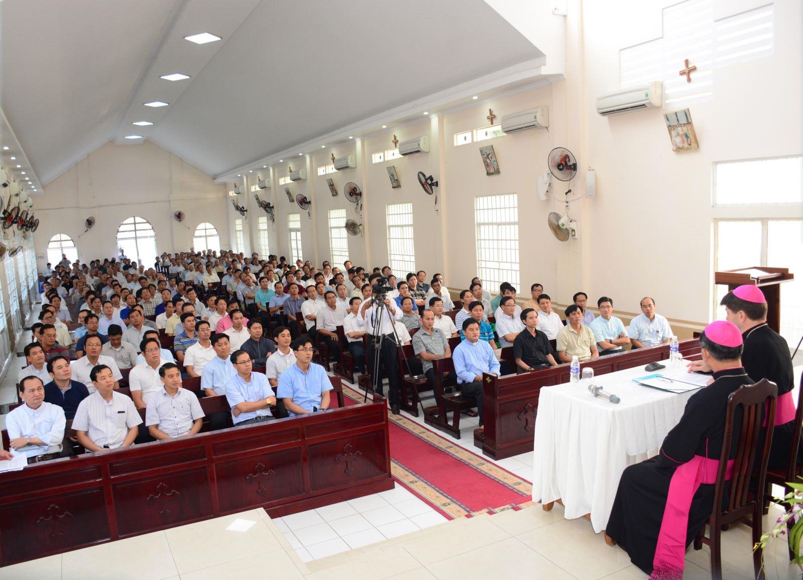 Đức TGM Marek Zalewski thăm mục vụ và dự lễ khai mạc Năm Thánh thành lập Gp Long Xuyên